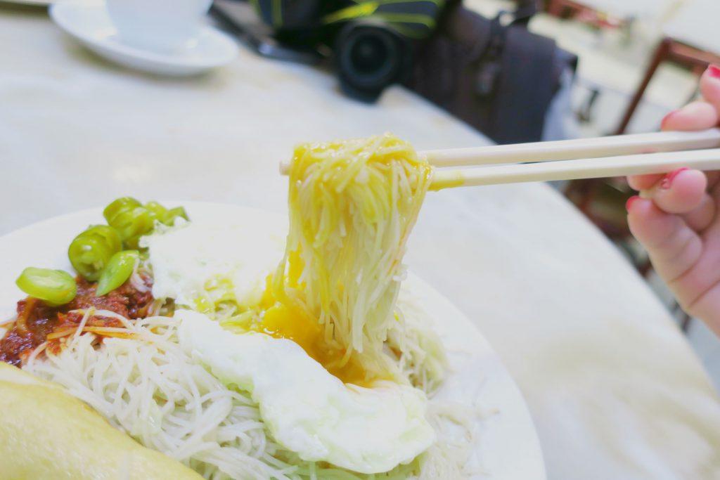 喜園咖啡店-卵を絡めて食すビーフン