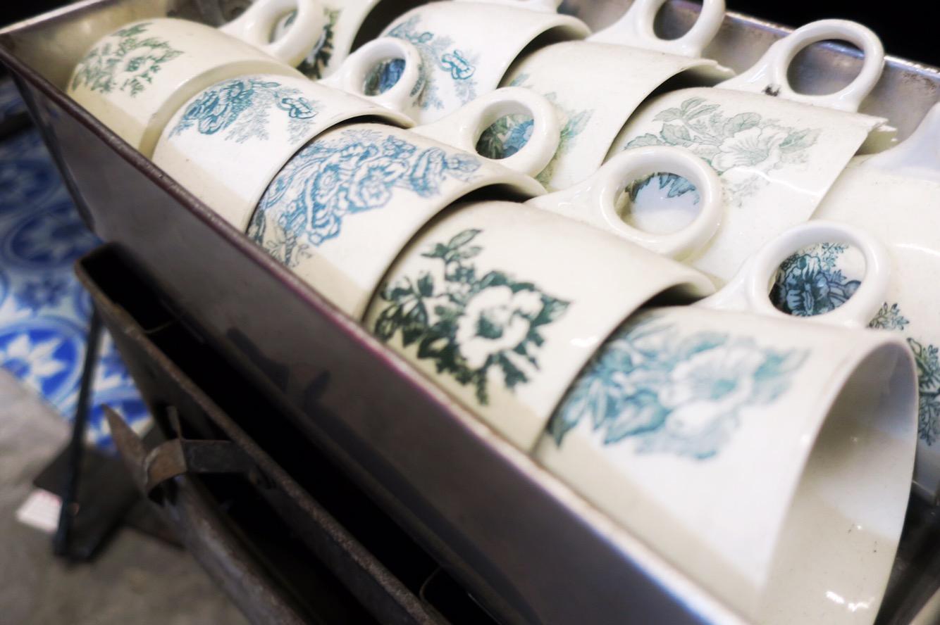 シンガポールの伝統的な花模様をあしらったオリジナルマグカップ