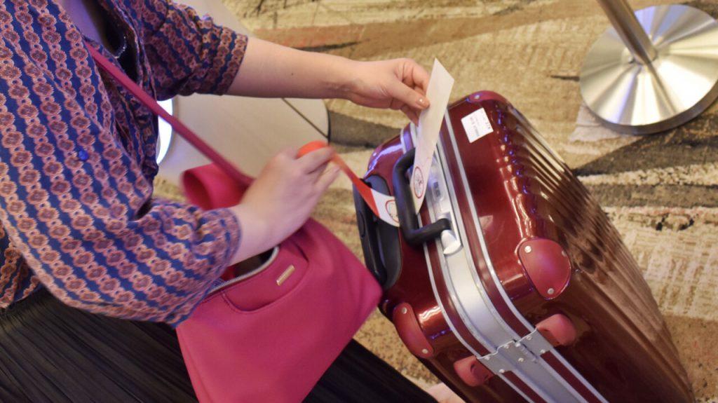 チャンギ空港で荷物タグをつけるところ