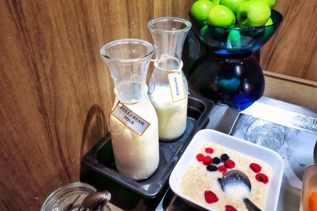 パン パシフィック サービススイート ビーチロード シンガポールの朝食ビュッフェ 牛乳2種類