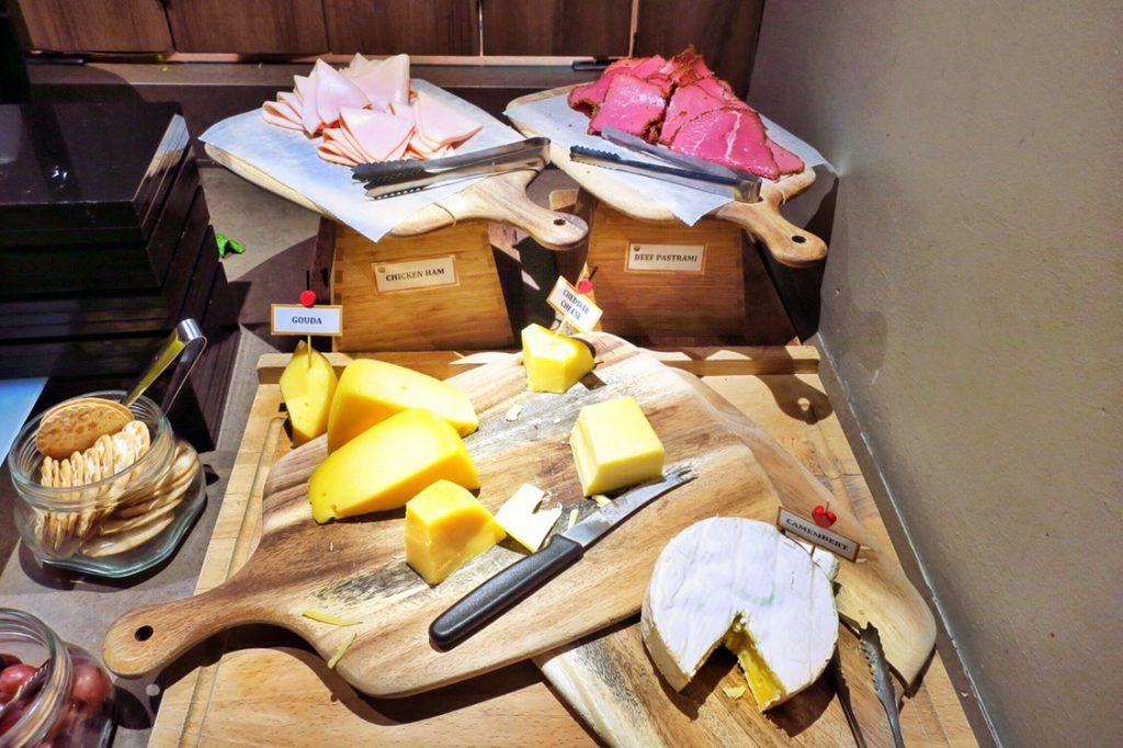 パン パシフィック サービススイート ビーチロード シンガポールの朝食ビュッフェのチーズの後ろに肉