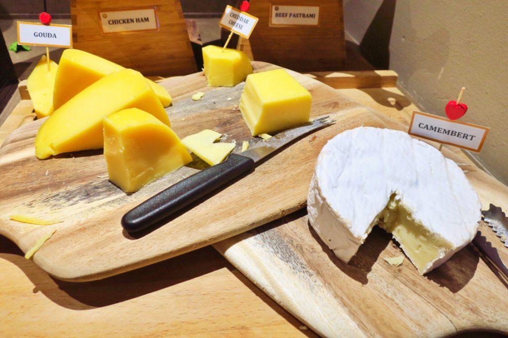 パン パシフィック サービススイート ビーチロード シンガポールの朝食ビュッフェのチーズ