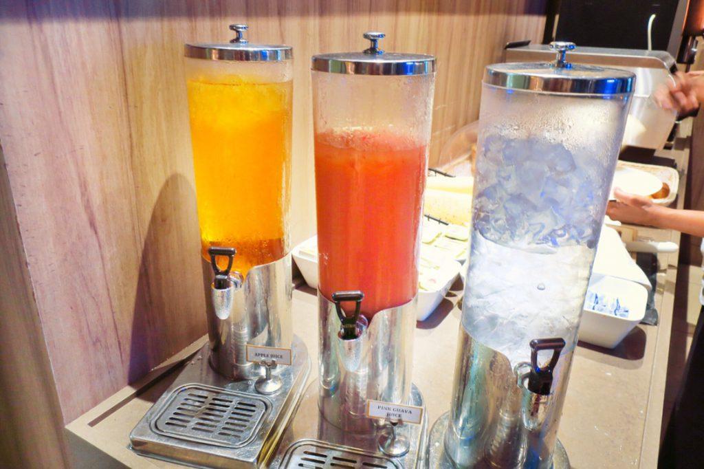 パン パシフィック サービススイート ビーチロード シンガポールの朝食ビュッフェのドリンクコーナー