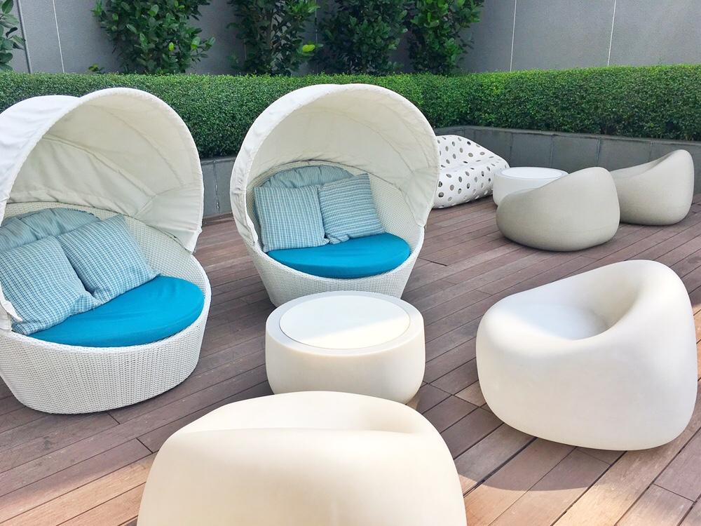 パン パシフィック サービスド スイーツ ビーチ ロード(Pan Pacific Serviced Suites Beach Road)プールの椅子