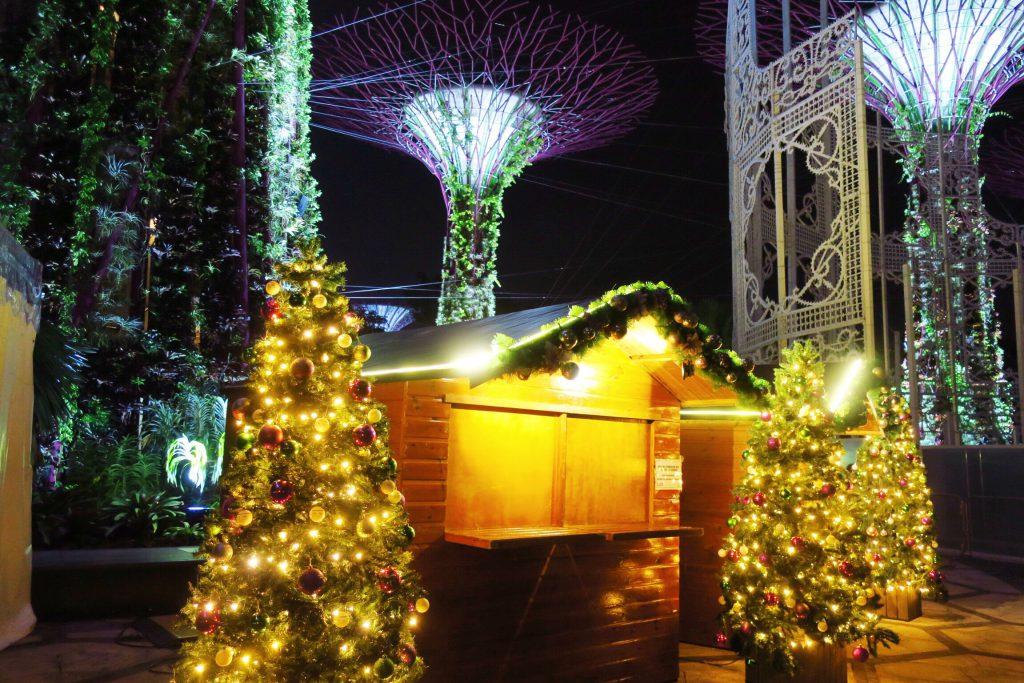 ガーデンズバイザベイのクリスマスツリーとスーパーツリーグローブ