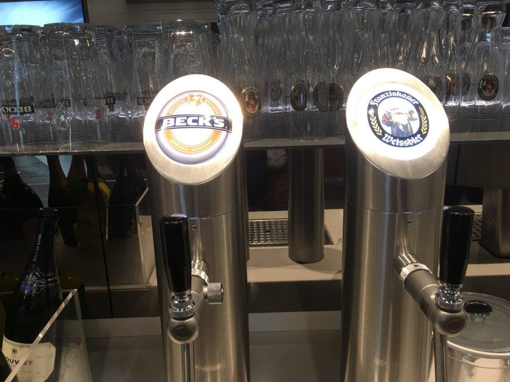 LOT Senator Lounge Beer server
