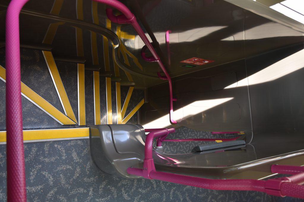 2階建てバスの階段