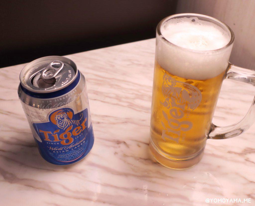 シンガポール航空ラウンジでタイガービールを飲む
