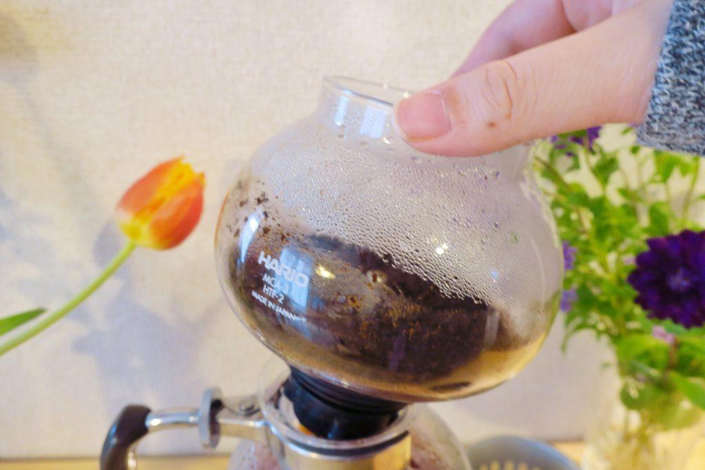 コーヒーが落ちたら上の部分をもって外す