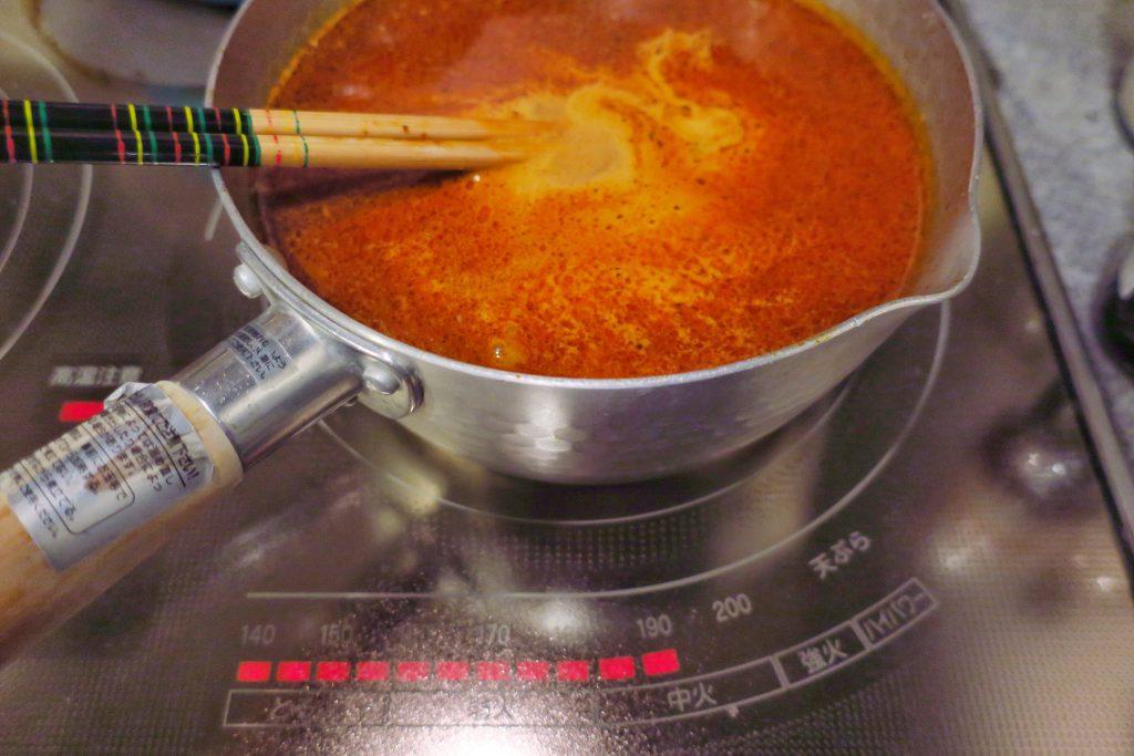 とびきりおいしいラクサヌードルのスープ完成