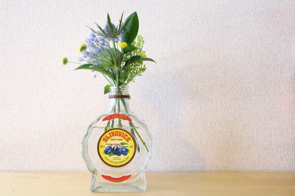 チェコのスリヴォヴィッツェの瓶に花を活ける