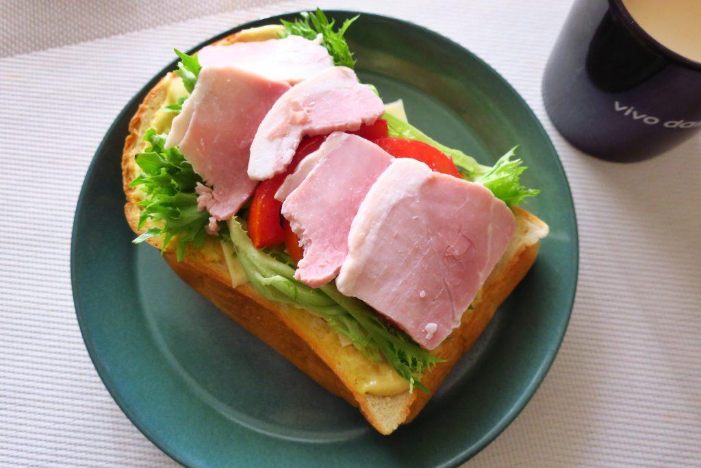 セブンプレミアムのホワイトももハム切落しを使ったサンドイッチ