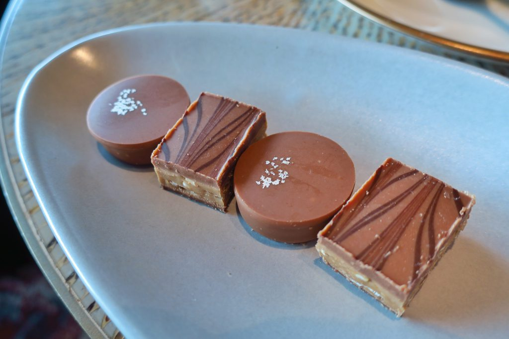 MO BARのアフタヌーンティー チョコレート、プラリネ