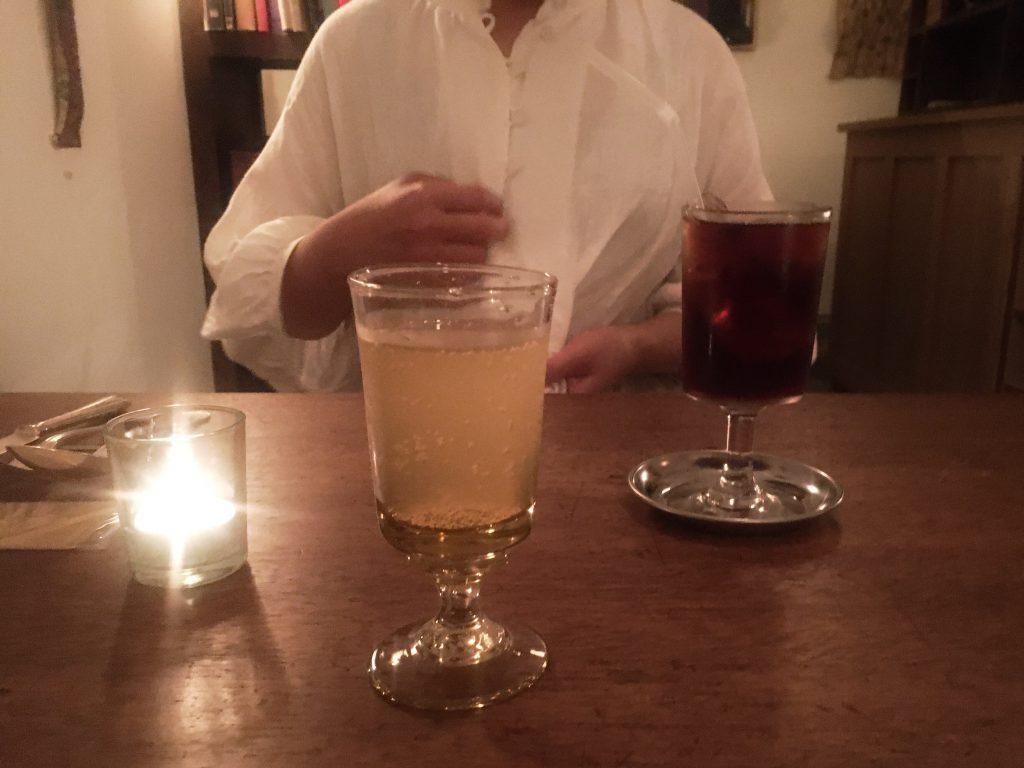 台形のワインとアイスティー