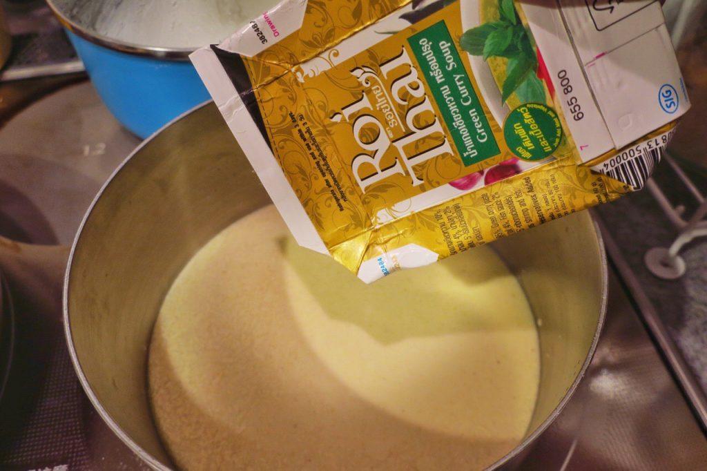 Roi Thaiのグリーンカレーを鍋に開け放つ