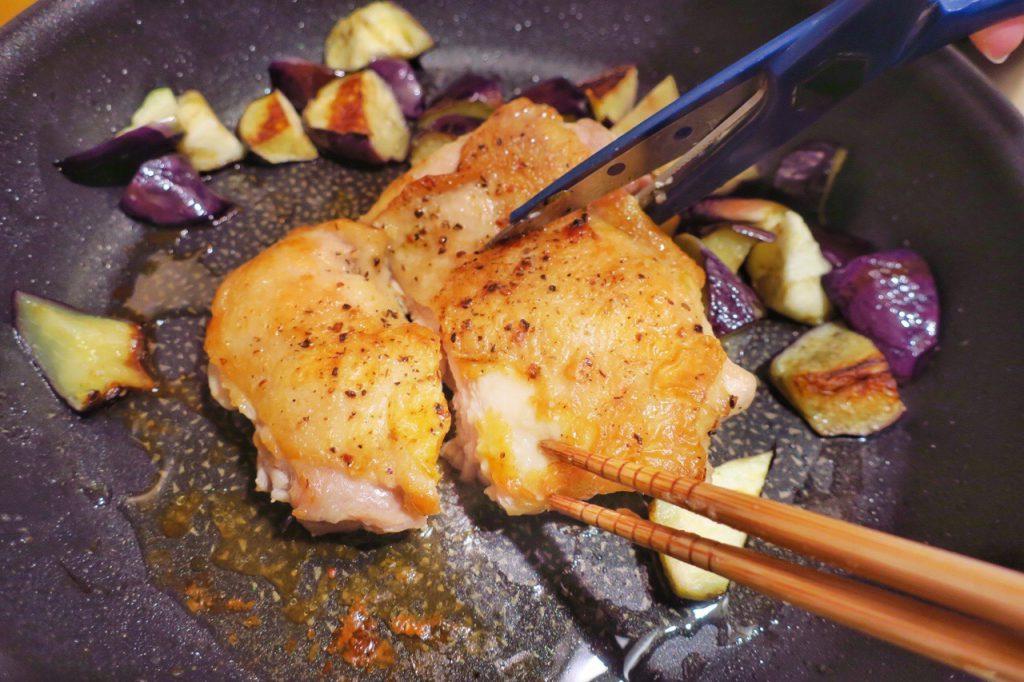鶏肉をキッチンバサミで切る