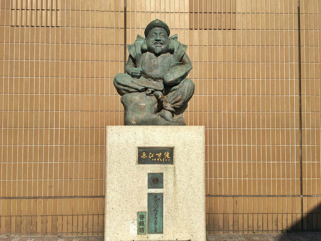 恵比寿駅西口にある恵比寿様の像