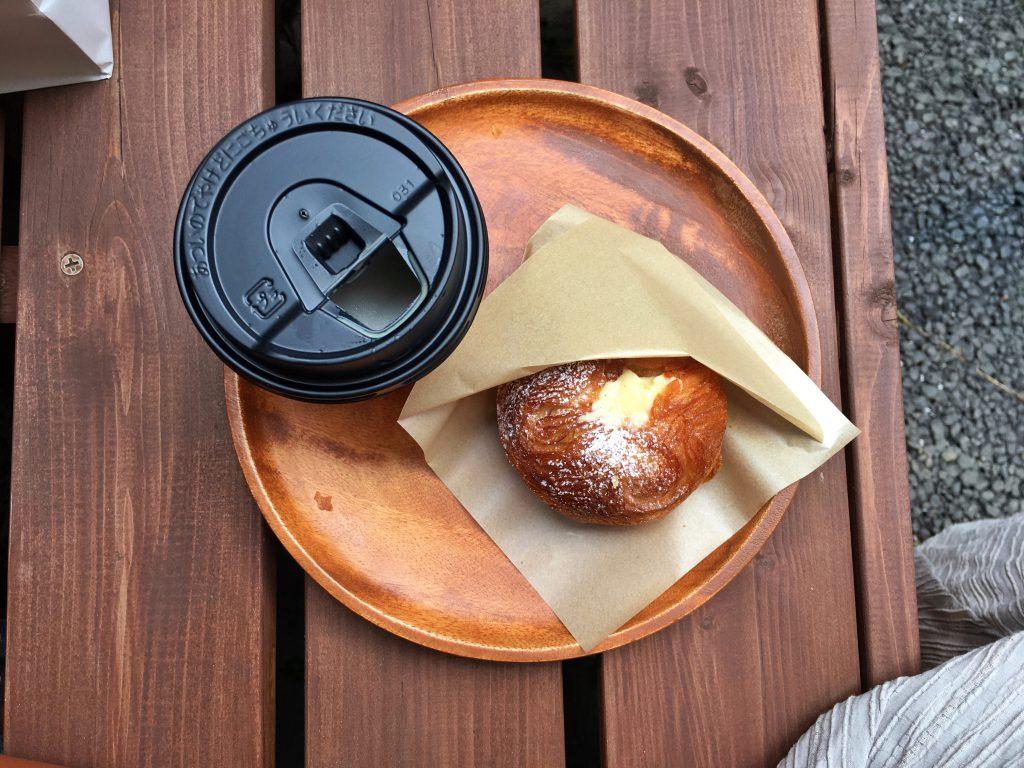 代官山Laekker(レカー)デニッシュ専門店のヴァーム・デニッシュとコーヒー