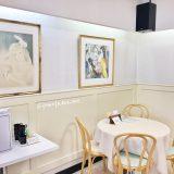 まるたや洋菓子店佐鳴台店のマリーローランサンが飾ってあるイートインスペース